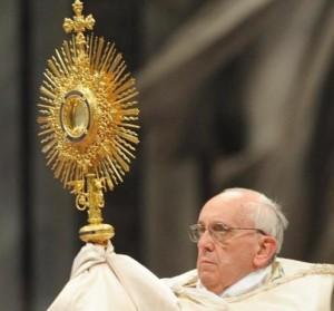 pape francois et ostensoir